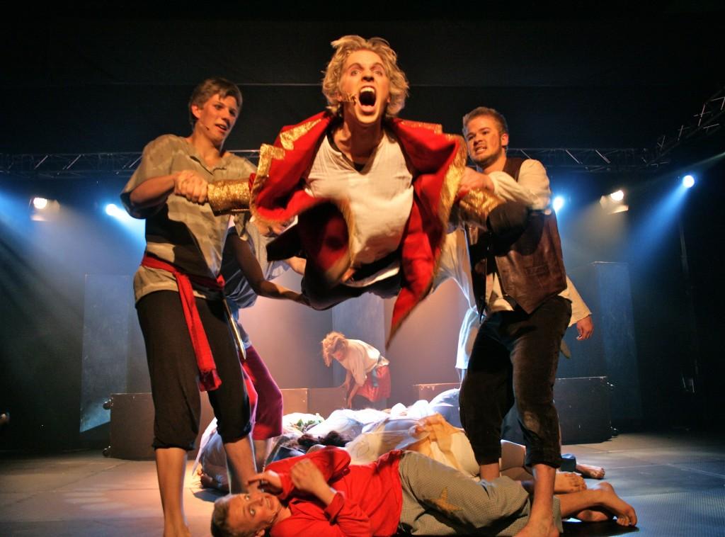 Kaptein Krok fløy høyt i KG-teaterets Peter Pan - forestilling