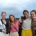 Blide jenter ved havet