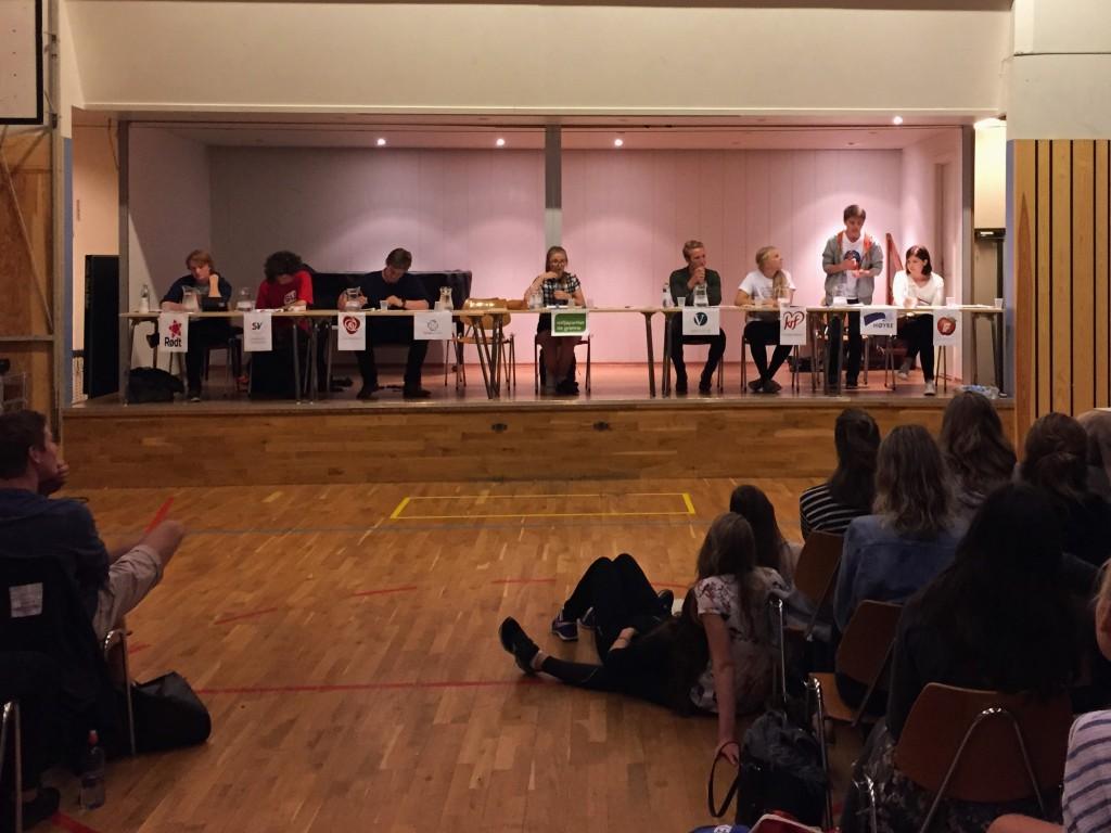 Valgdebatten i gymsalen. Håkon Flydal i 3F har ordet.