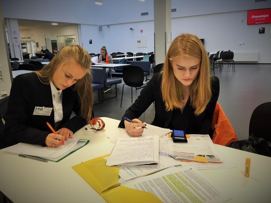Liv og Sara la ned mye arbeid under nasjonalsesjonen i Bergen. Her forbereder de innlegg til debatten på avslutningsdagen.