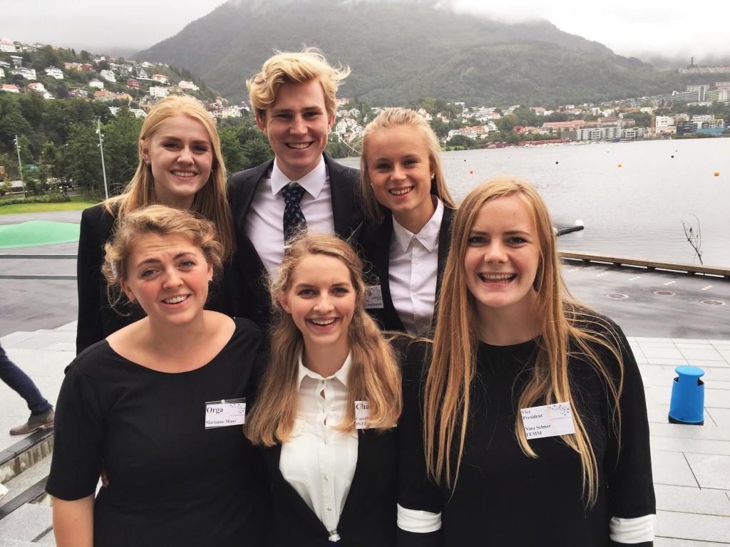 KG har lange tradisjoner i EYP, og foran årets KG-gjeng står tre tidligere KG-elever som har fortsatt som EYPere: Fra venstre Marianne Munz, Camilla Hatling og Nina Selmer.