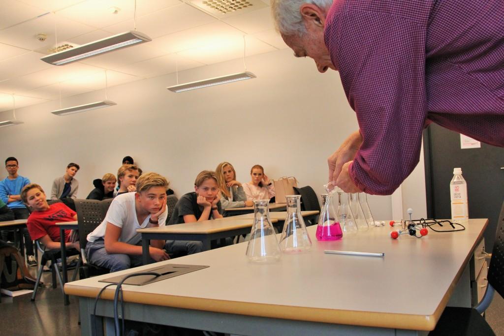 10E fikk en kjemitime med Leif Thore Jelmert. Han fortalte blant annet at kjemifaget handler mye om å observere.
