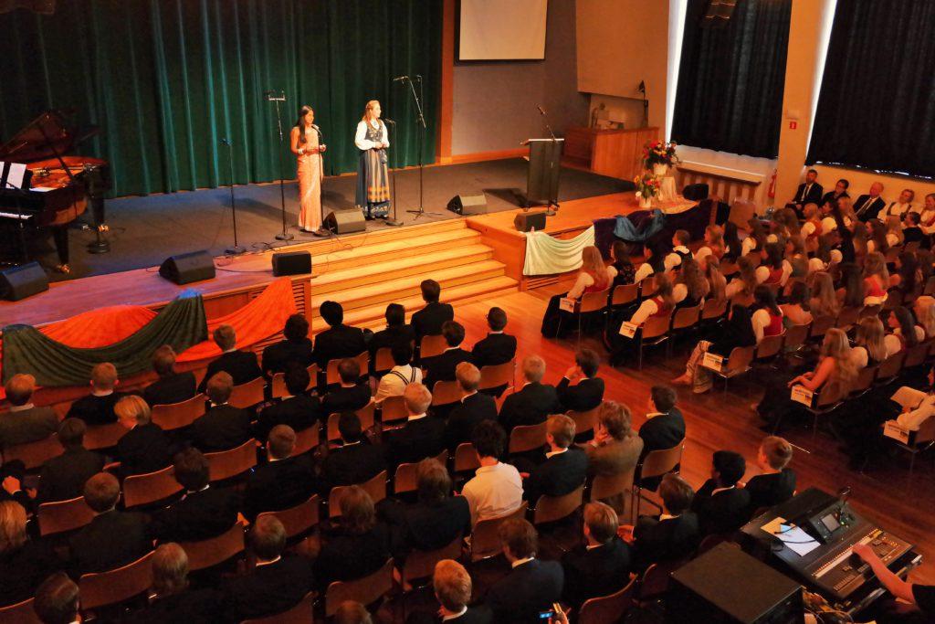 Elevenes tale på tiendeklasse-festen ble holdt av Ayesha og Kristiane.