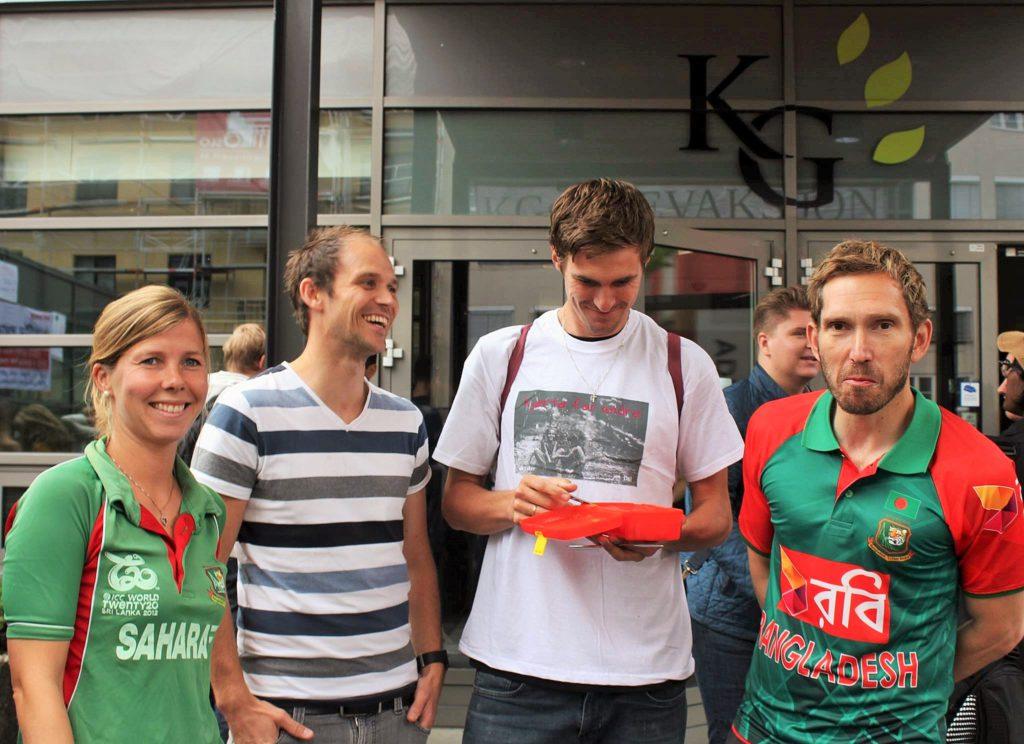 Mange av lærerne var også ute i midttimen. Stian, til høyre, har skaffet seg landslagstrøya til Bangladesh!