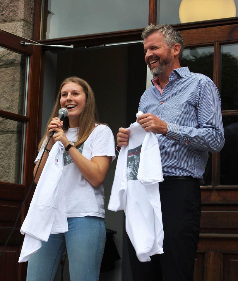 Rektor fikk overrakt årets aksjons-t-skjorte av lederen for elevaksjonen, Ann Louise Holten Karlsen
