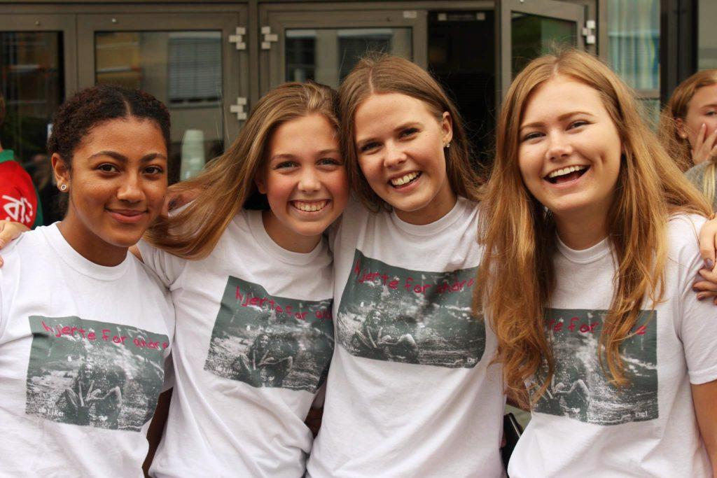 Her ser du fire elever med årets aksjons-t-skjorte