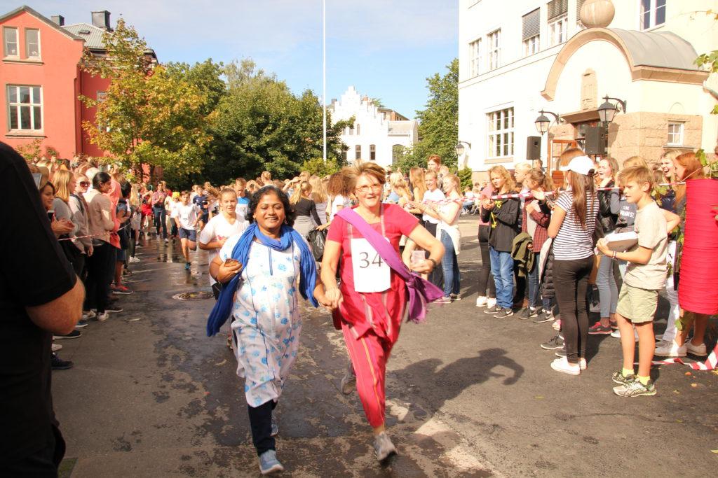 Kristin Måge Areklett, primus motor for aksjonene) hadde fått med seg Mitali, rektor på MLC i aksjonsløpet. Jubelen var stor!