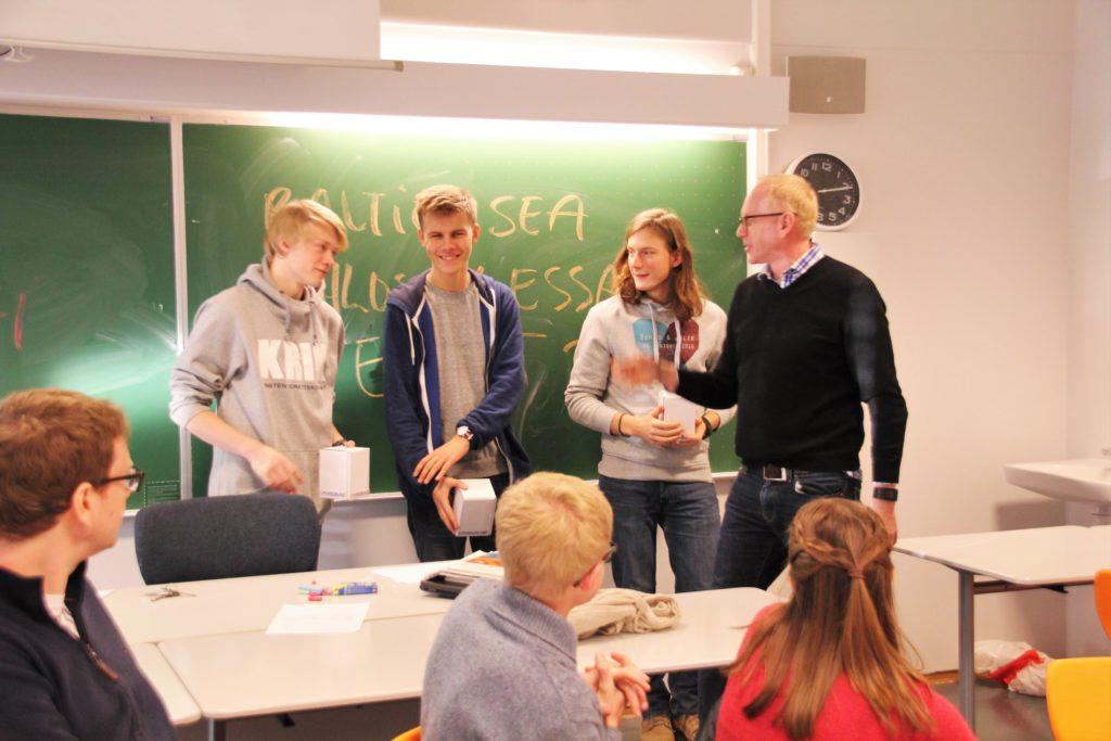 Fra venstre: Gullvinner Amund T Måge Areklett, Tobias Laundal. sølg og Thomas Marinelli Johansen, hederlig omtale, fikk hvert sitt KG-krus for innsatsen.